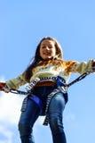 Banhoppning för tonårs- flicka med bungie Arkivfoto