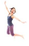 Banhoppning för ung kvinna, i luft och att skratta royaltyfria foton