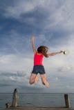 Banhoppning för ung kvinna på pir Fotografering för Bildbyråer