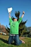 Banhoppning för ung man för glädje Arkivfoton