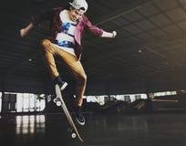 Banhoppning för ung man på skateboarden arkivbild