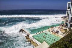 BANHOS da PRAIA de BONDI, AUSTRÁLIA - 16 de março: Povos que relaxam na ligação Fotos de Stock