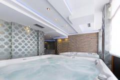 Banhos do Jacuzzi no centro dos termas do hotel Imagens de Stock Royalty Free