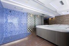 Banhos do Jacuzzi no centro dos termas do hotel Imagens de Stock