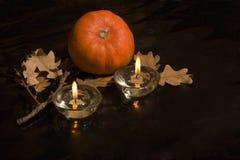 Bania i dwa zaświecaliśmy świeczki na ciemnym tle Zdjęcia Stock