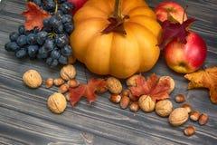 Bania, jabłko, dokrętki, winogrona na drewnianym tle Zdjęcia Royalty Free