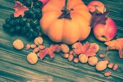 Bania, jabłko, dokrętki, winogrona na drewnianym tle Zdjęcie Stock