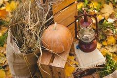 Bania na drewnianych pudełkach i lampionie Fotografia Royalty Free