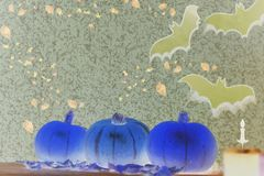Bania na Halloween na drewnianym tle Świeczka, nietoperz zdjęcia royalty free