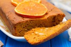 Bania tort z pomarańcze na białym naczyniu na drewnianym tle Fotografia Stock