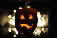 Bania z cięcia usta z świeczką inside na ciemnym tle i oczami - symbol Halloween Zdjęcie Royalty Free