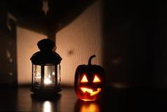 Bania z cięcia usta z świeczką inside na ciemnym tle obok lampionu i oczami - symbol Halloween Obraz Royalty Free
