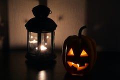 Bania z cięcia usta z świeczką inside na ciemnym tle obok lampionu i oczami - symbol Halloween Zdjęcie Royalty Free
