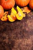 Bania z kawałkami nad drewnianym stołem z copyspace Zdjęcia Royalty Free