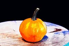 Banie dla Halloween z śmiesznymi przyjaciółmi które bawić się z duchami - Fotografia Stock