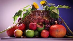Banie i winogrona w koszu zbiory