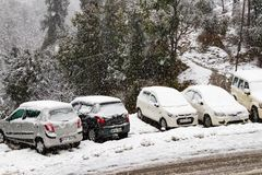 Banikhet, Dalhousie, Himachal Pradesh India, Stycze?, - 2019 Konsekwencje ci??ki opad ?niegu droga i parkuj?cy samochody, zakrywa obraz stock