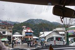 Banikhet Dalhousie, Himachal Pradesh, Indien - Januari 2019 Efter f?ljder av tungt sn?fall, turister och lokalt folk royaltyfri bild