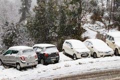 Banikhet Dalhousie, Himachal Pradesh, Indien - Januari 2019 F?ljder av tungt sn?fall, v?gen och parkerade bilar t?ckas fotografering för bildbyråer