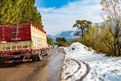Banikhet, Dalhousie, Himachal Pradesh, la India - enero de 2019 Despu?s de consecuencias de nevadas pesadas, cami?n indio del LPG imágenes de archivo libres de regalías