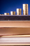 banister Пойдите накренить Золотые столбцы монеток на зеленой предпосылке стоковое фото rf