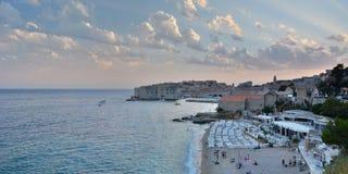 Banje plażowy i stary miasteczko przy zmierzchem dubrovnik Chorwacja Zdjęcie Royalty Free