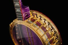 banjos 5-string sur le fond noir image stock