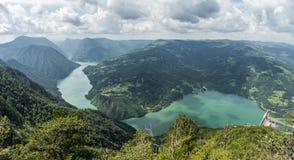 Banjska Stena ställe på den Drina floden, Perucac sjö, berg, arkivbilder