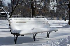 Bank abgedeckt im Schnee lizenzfreies stockbild