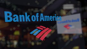 Bank of Americalogo på exponeringsglaset mot suddig affärsmitt Redaktörs- tolkning 3D Royaltyfri Fotografi