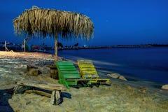 Bank auf dem Nachtufer des Meeres lizenzfreie stockfotografie