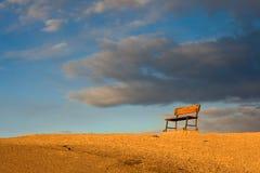 Bank auf einem Hügel am Sonnenaufgang Lizenzfreie Stockbilder