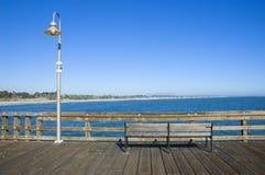 Bank auf einem Pier Lizenzfreie Stockbilder
