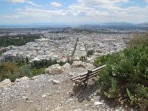 Bank auf Lycabettus-Hügel mit Ansicht von Athen stockfotografie