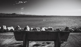 Bank auf Sirmione-Damm See Garda Italien lizenzfreies stockfoto