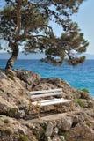 Bank auf Steinen über dem Meer Lizenzfreie Stockbilder