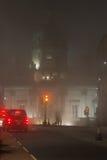 Bank av Skottland byggnad i en dimmig natt i Edinburg, Scotlan Arkivfoto