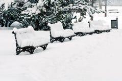 Bank bij sneeuw stock foto's