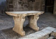 Bank, Brunnen und Mosaikfußboden im römischen Haus in Parco Archeologico di Ercolano Lizenzfreie Stockfotografie
