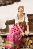 bank den traditionella bavarianklänningflickan Royaltyfria Bilder