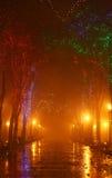 Bank in der Nachtgasse mit Leuchten Stockfotografie