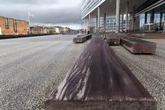 Bank des Bauholzes auf dem öffentlichen Platz in der Stadt von Ã-… Rhus stockbild