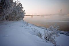 Bank des Flusses und die Brücke im Nebel stockbild