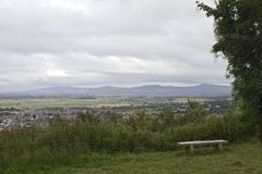 Bank die Kleine die stad overzien door platteland met bergachtige achtergrond, Brits Dorp gezellig ouderwetse Abergele wordt omri royalty-vrije stock fotografie