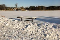 Bank die met sneeuw wordt behandeld Stock Fotografie