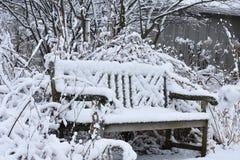 Bank die in Sneeuw wordt behandeld Stock Afbeeldingen