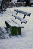 Bank die in sneeuw wordt behandeld Stock Foto
