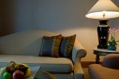 Bank in een woonkamer van een luxe vijfsterrenhotel stock foto's