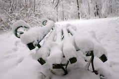 Bank in einem Schnee Stockbild