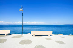 Bank en lamp op het overzees in Argentario, Toscanië, Italië. Stock Foto